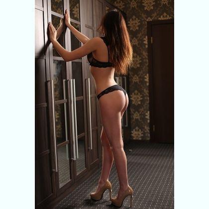 Myra Lo escort
